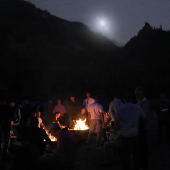Men-Campfires_Moon-rise-over-Pinnacle